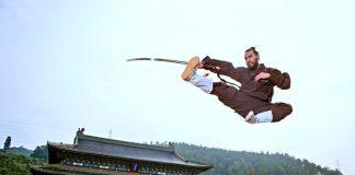 La palabra Kung Fu realmente quiere decir trabajo duro, práctica constante, gran habilidad, y se aplica no solo a las artes marciales, sino a cualquier actividad donde alguien ha puesto todo su esfuerzo y adquirido un nivel más alto gracias a ello.