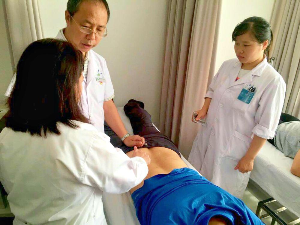 La acupuntura y el masaje chino serán parte del programa El Médico en Tu Casa de la Secretaría de Salud de la Ciudad de México (SEDES-CDMX), gracias a la capacitación que recibieron médicos y fisioterapeutas de la institución en la República Popular de China.