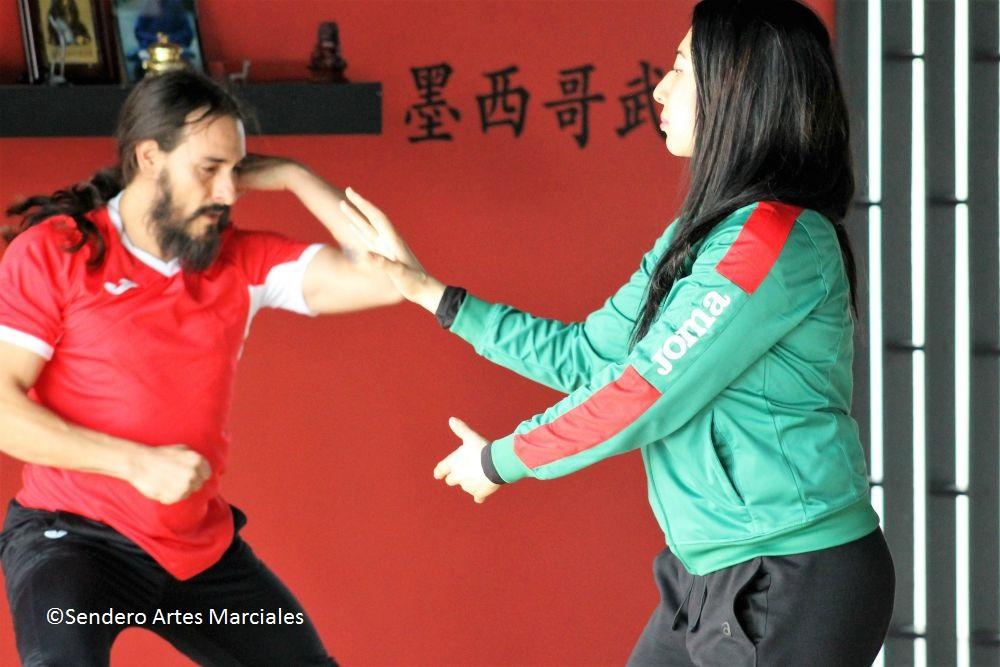 Pamela Guillén, derecha, y Leonel Pedraza, al fondo, Seleccionados Nacionales Wushu Kung Fu