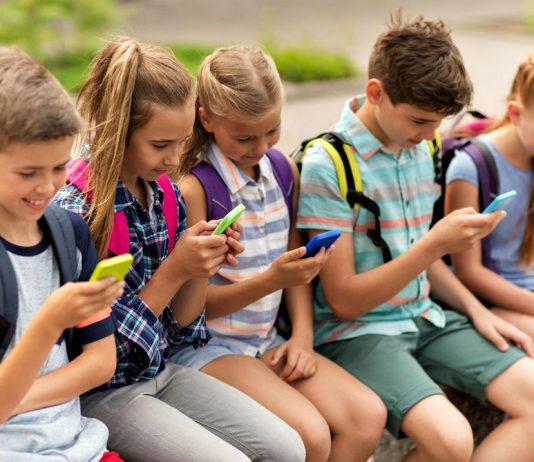 El uso desmedido de teléfonos celulares y dispositivos electrónicos ha provocado que niños entre 10 y 14 años de edad presenten problemas cervicales, dolor, adormecimiento en manos y dedos pulgares, alertó la Secretaria de Salud federal.