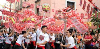 Dragones, leones y practicantes de kung fu y wushu se encuentran listos para recibir con danzas, música, luces y cohetes al Año Nuevo Chino 4716, correspondiente al signo del 'Perro de Tierra', en el Barrio de esta comunidad en la Ciudad de México (CDMX), al igual que en otras partes del país y del mundo.